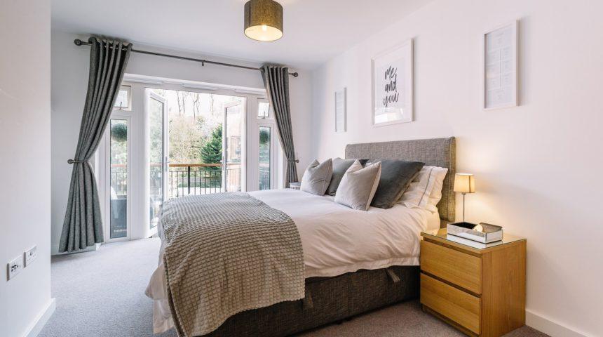 Pranie i maglowanie dla małych apartamentów na wynajem – jak to zorganizować?